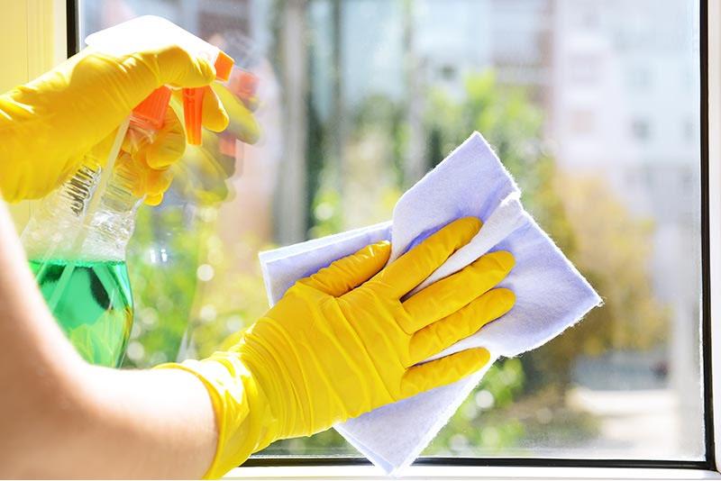 limpeza de vidros durante o coronavírus